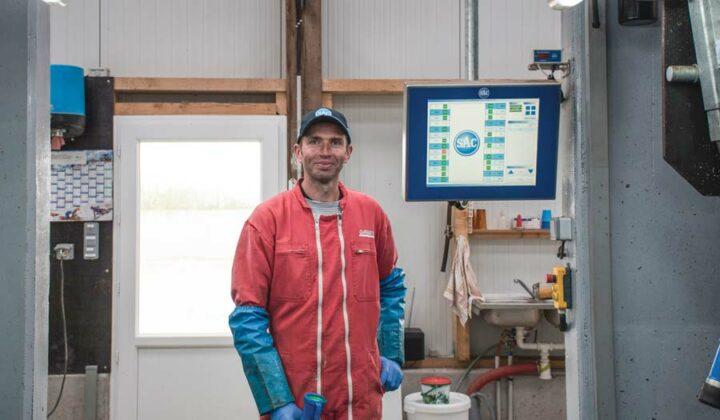 Anthony Lebreton apprécie l'écran tactile à l'entrée de la fosse qui lui permet de trier les vaches notamment.