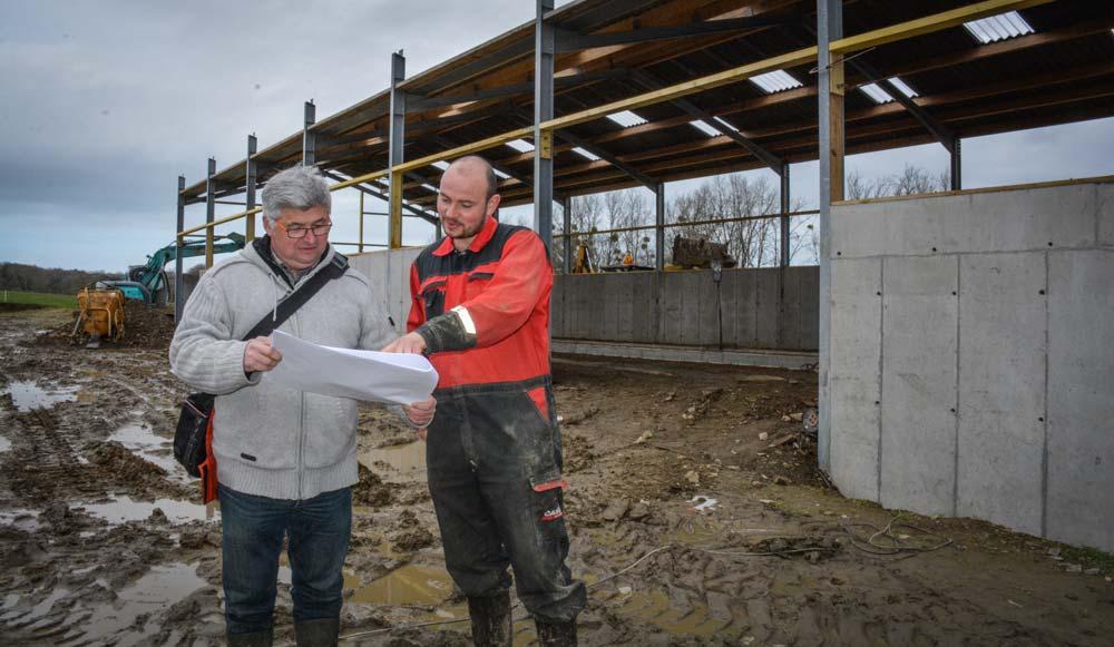 Trois mois après le début des travaux, Jean-Marie Guézennec fait le point sur l'avancement des travaux dans la laiterie avec Marcel Toulgoat, BCEL Ouest.