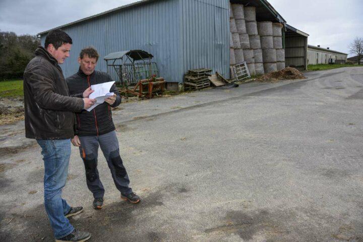 Benoît Merrer (à gauche) et Didier Peron travaillent de concert pour empierrer et enrober les abords de bâtiments agricoles