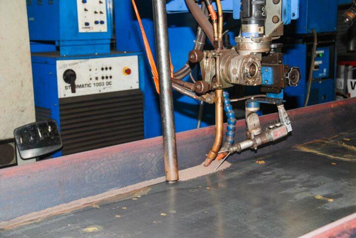 L'assemblage des profilés PRS se fait sur banc par robot à commandes numériques. Cette automatisation de l'opération permet d'obtenir des cordons de soudure réguliers et d'écarter toute faiblesse.