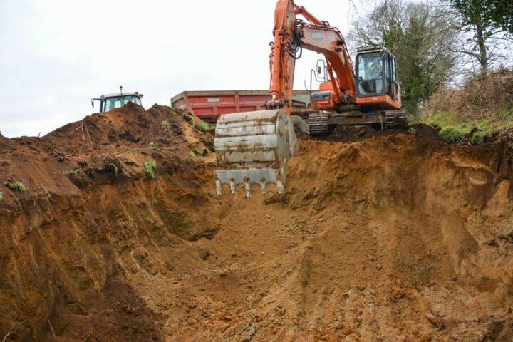 Sur ce chantier à Kerpert, le remblai est prélevé au champ, le sol étant particulièrement sableux.