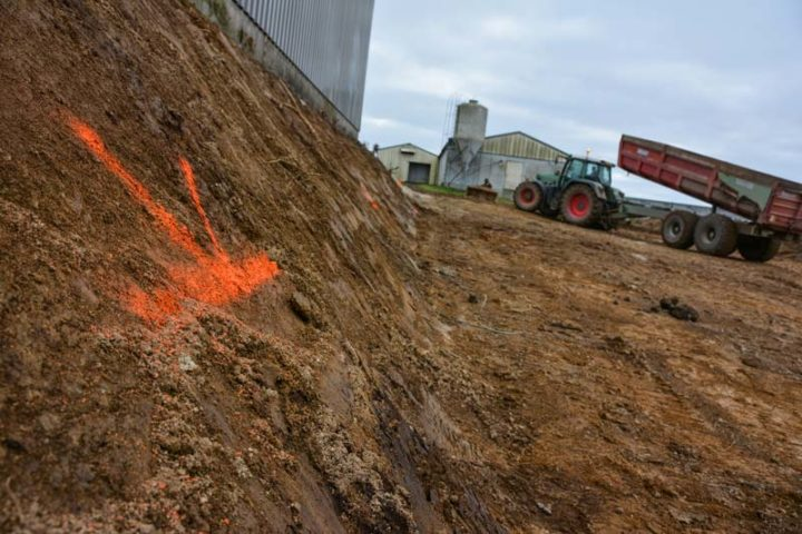 La terre végétale décapée, les niveaux sont pris, avant remblai.