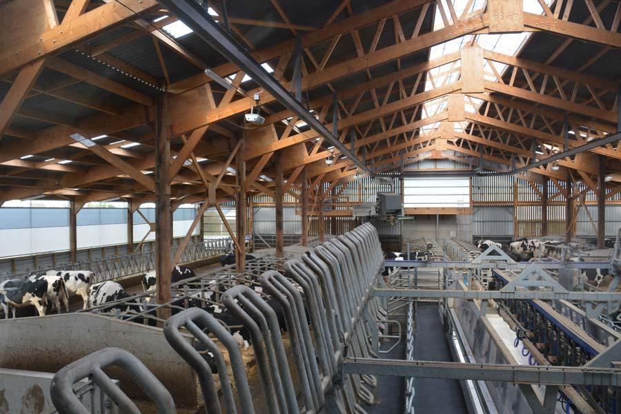 Le dôme de 3 m de large, surplombé d'une sortie d'air en cheminée avec chapeau, permet un excellent éclairage et la ventilation du bâtiment.
