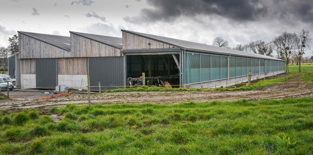 L'entrée d'air est assurée via le long-pan équipé d'un rideau motorisé sur les 100 m de longueur. L'air entre aussi par les pignons.