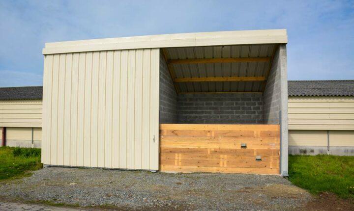 Un local technique a été créé au centre du poulailler pour la chaudière de 130 kW de puissance, il communique avec la réserve de bois de 40 m3.