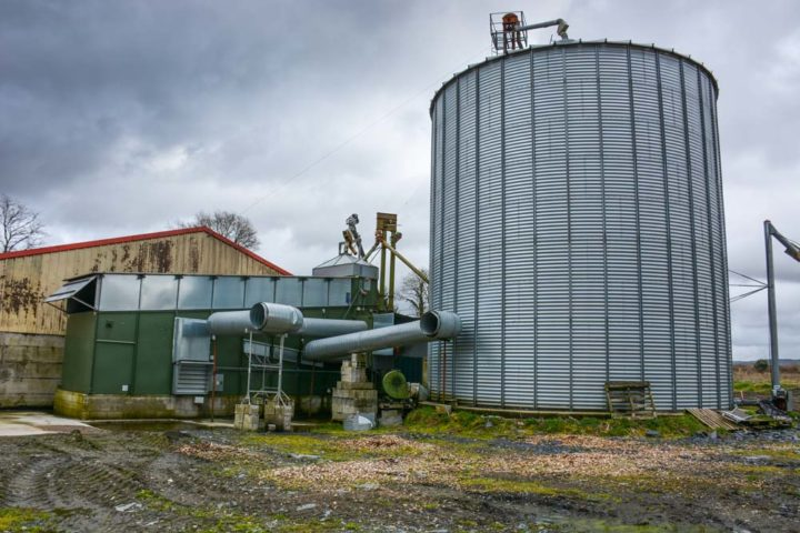 Lors de la moisson, les 2 chaudières à bois sont connectées au séchoir à céréales pour économiser du fioul.