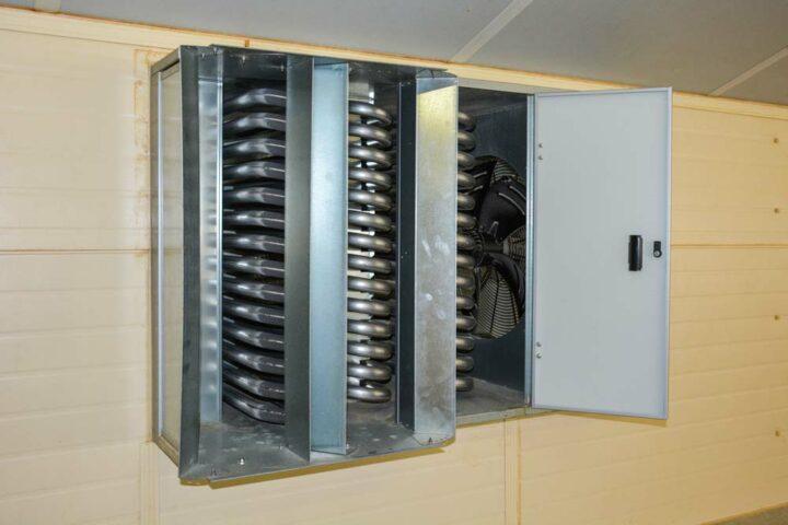 Le ventilateur situé sur l'appareil à l'intérieur du poulailler prend l'air ambiant pour le souffler sur les tubes chauds qui peuvent monter à plus de 200 °C.