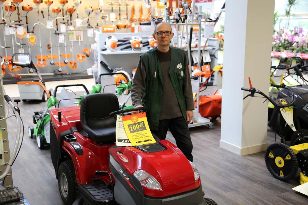 Christian Colobert, responsable motoculture conseille les clients en fonction de leur budget et de leurs besoins.