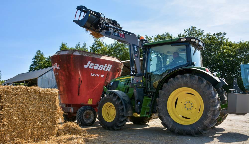 Le bras monte progressivement la botte sur le plateau. Cette opération se réalise tracteur roulant.