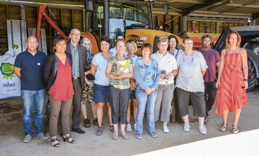 Les organisateurs et les demandeurs d'emploi ont visité le lycée de Brehoulou, pour se familiariser avec le milieu agricole.