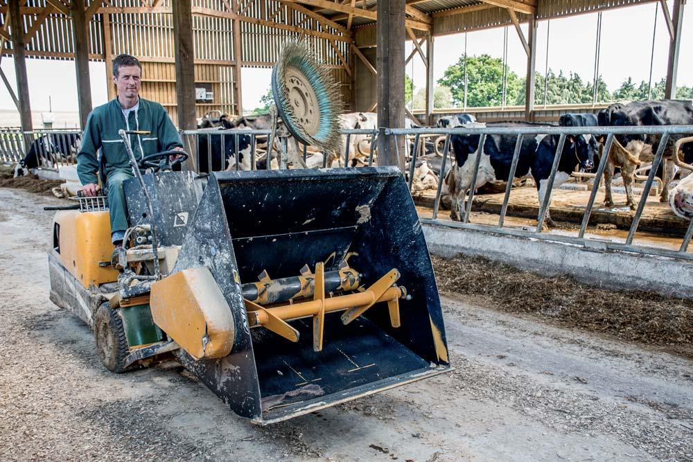 Pour être toujours disponible et stimuler les vaches, la ration est repoussée 5 ou 6 fois par jour. Grâce à l'automoteur équipé d'une lame, cela est réalisé en un temps record. Avant, au rabot manuel, cette tâche répétitive finissait par être fatigante.