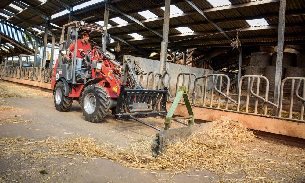 Le valet de ferme est aussi très utile pour pousser le fourrage ou faire un peu de nettoyage dans la stabulation.