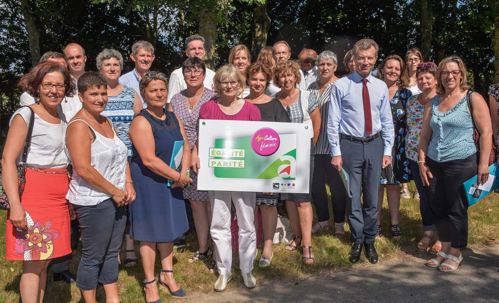 Les agricultrices du groupe égalité-parité ont invité le préfet de Région sur la ferme de Mathilde Rouault, à Guillac (56), lundi dernier.