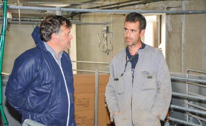 À droite, Erwann Macé (remplaçant de Georges Le Guillermic), commercial chez Itek, concepteur des cases, avec François Bouetard, associé de la SCEA.