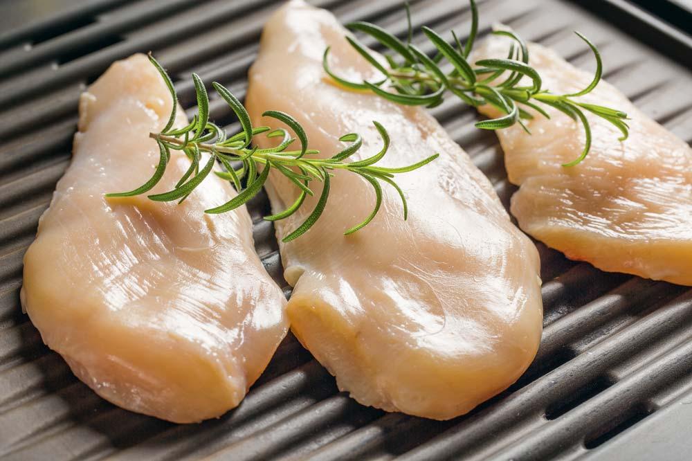 Un produit ukrainien décrit comme « poitrine de poulet avec ailes, avec os » et vendu à bas pris comme poitrine de volaille arrive en masse sur le marché européen.