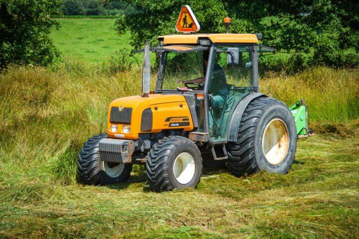 Ce tracteur est chaussé de pneus larges pour une masse totale faible, de l'ordre de 2 tonnes.