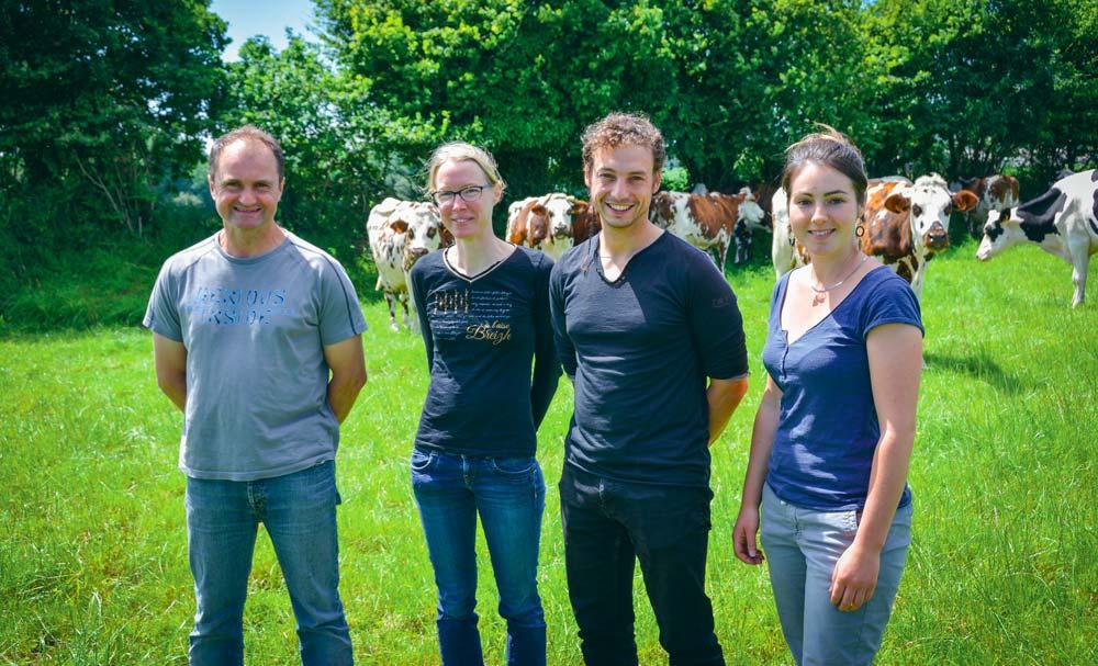De gauche à droite : Pascal et Elisabeth Beuzit, aux côtés de Paul Salaün, référent agricole pour le syndicat mixte du Trégor, et de Cindy Schrader, animatrice au Cedapa. La ferme laitière obtient un EBE de 236€/1 000 L grâce à un système très pâturant.