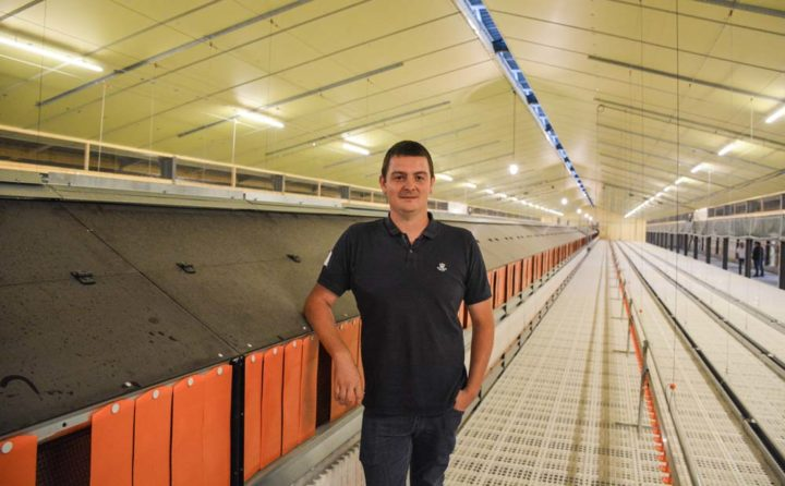 Yves-Marie Carnot, aviculteur à Melgven dans son poulailler qui accueillera dans quelques jours 12 000 pondeuses bio.