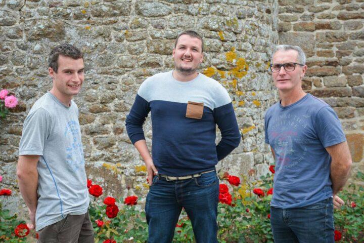 Valentin (à gauche) et Stéphane Auvray, éleveurs avec Pierre Pronost, technicien chez ID 1 Port, (au centre) fournisseur du robot Procleaner X100.