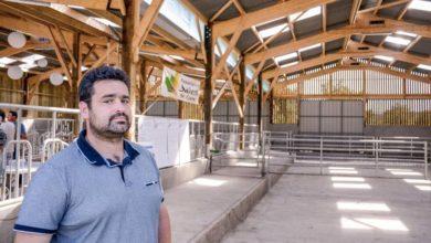 Thomas Hervagault, éleveur de Salers, à Pocé-les-Bois (35), à l'entrée de son bâtiment neuf de 900 m².