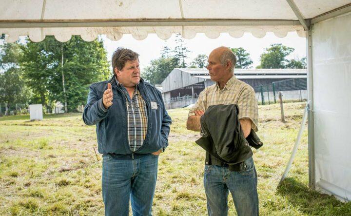 À Trévarez (29), Patrice Pierre, responsable projet fourrages à Idele, et Christian Bégos, éleveur au Cloître-Pleyben (29), échangent sur la conduite des prairies.