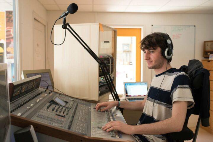 Malo, en service civique, apprend les secrets du métier de la radio.