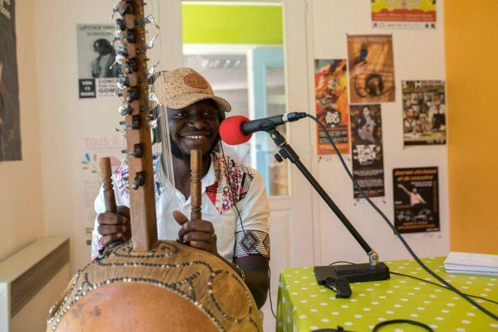 Idrissa Kouyaté, chanteur et joueur de kora sénégalais, profite de son premier voyage en Bretagne pour partager la musique mandingue sur les ondes de Plum'FM.