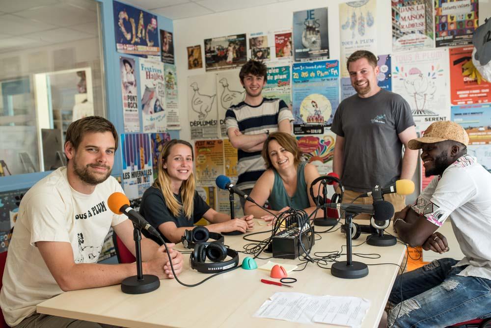 Ambiance familiale chez Plum'FM avec une partie de l'équipe : Clément, Juliette, Jessica, Malo, Jibé et leur visiteur du jour, Idrissa Kouyaté.