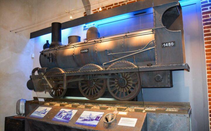 Reconstitution d'une ancienne locomotive dans l'espace scénographique.