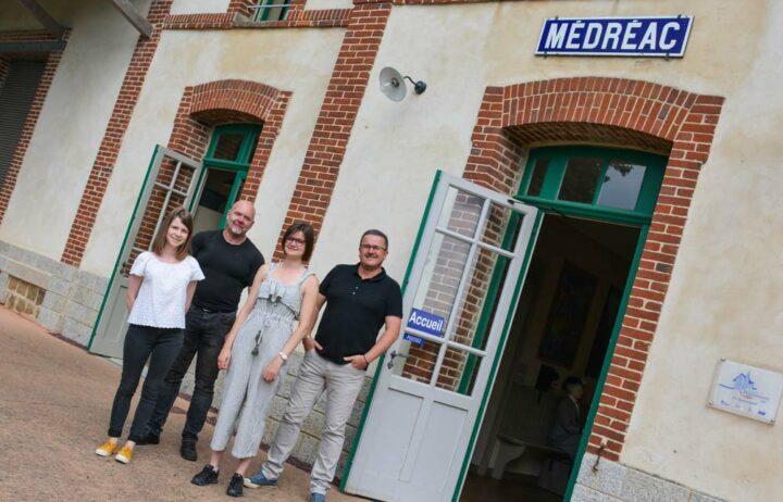 Mickaël Rouzic (à droite) accompagné de Sarah et Anaïs, qui gèrent l'accueil et le café, et Bertrand, responsable de la maintenance des équipements.