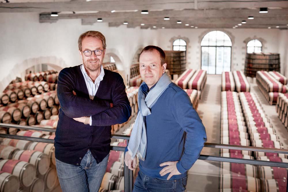 Laurent Dufau, directeur de Calon Ségur, et Vincent Millet, directeur d'exploitation du domaine, dans le chai qui a été entièrement rénové.