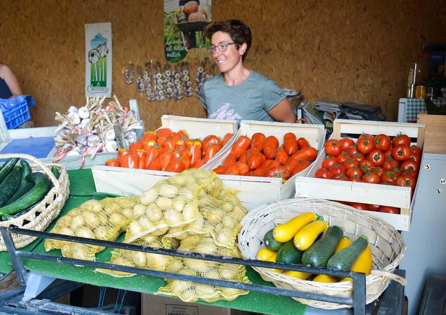 Annie Pépin derrière l'étal de vente à la ferme.
