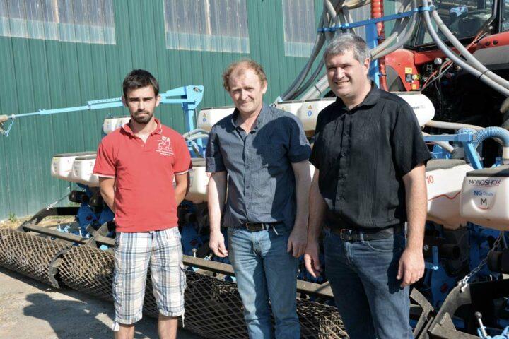 De gauche à droite : Alexis et Patrice Emery, en compagnie d'Emmanuel  Le Toeuff, directeur commercial de la concession l'Armoricaine - Sera 3000.