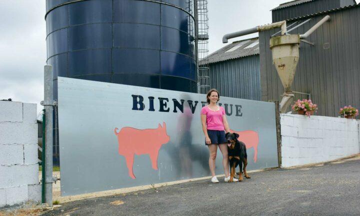Céline Quinquis a apporté sa touche féminine sur l'élevage de Peumerit : les fleurs décorent les abords de l'élevage et le portail ne passe pas inaperçu.