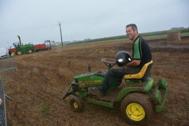 Ce concurrent du tracteur tondeuse cross a su tirer parti de sa machine, en négociant ses virages tout en glissade.