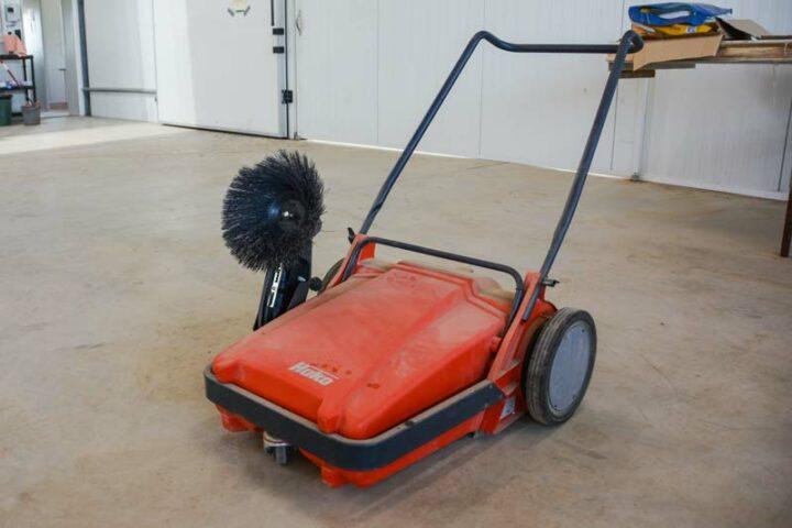 La balayeuse facilite les tâches de nettoyage. D'autres équipements ont été mis en place, comme une affûteuse à couteaux facilement utilisable par les salariés.