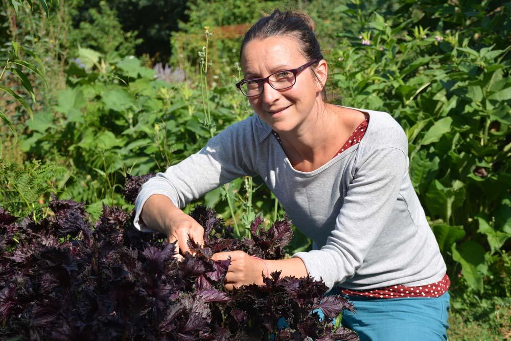 Hélène Deniaud-Powell dans son jardin.
