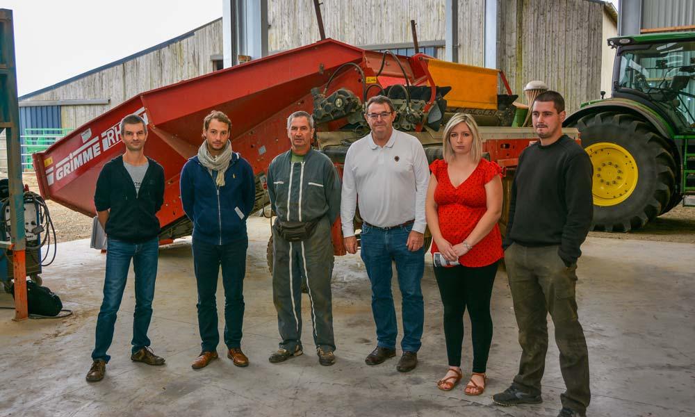 De gauche à droite : Manu Bué, technicien au Gab 29 ; Paul Salaün, du SMT ; Thierry Le Vot ; Guy Pennec, président du SMT ; Aurélie et Florian Le Vot.