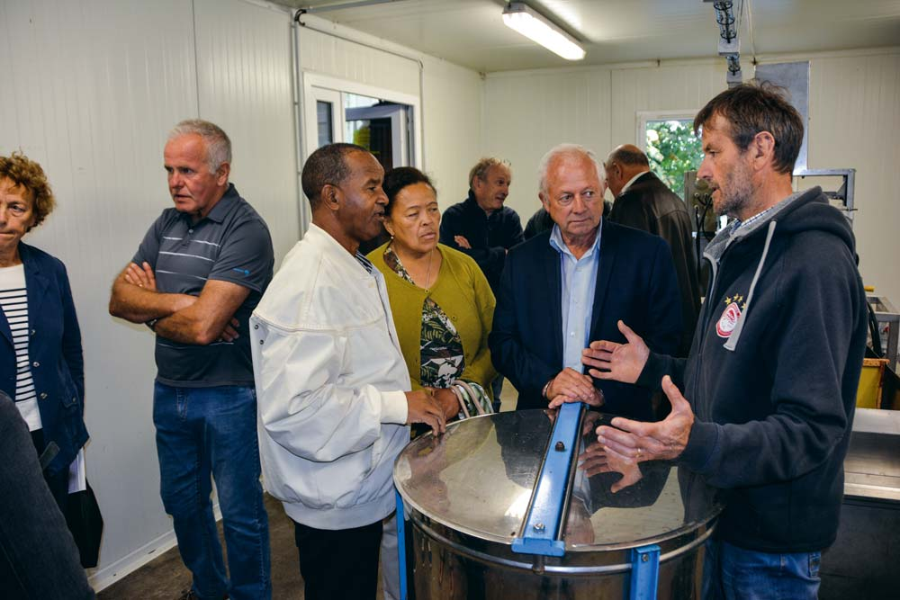 Étienne Mahatsanga a pu visiter les locaux de fabrication de miel de Chantal et de Raymond Émeillat.
