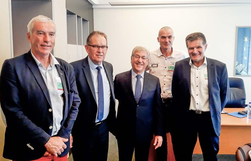Alain Tiengou, Alain Cadec, Karmenu Vella, Hervé Sévenou (Chambre d'agriculture du Finistère) et Jean-Jacques René lors de la rencontre à Strasbourg.