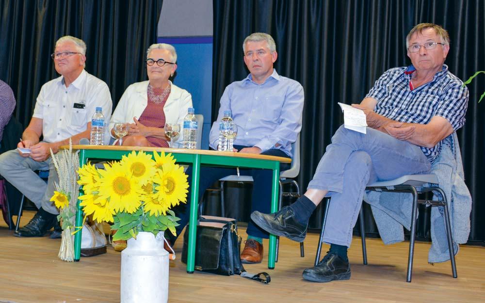 De gauche à droite : Jean Salmon (Chambres d'agriculture), Françoise Gatel (sénatrice), Olivier Clanchin (Triballat-Noyal) et Gilles Guillomon (agriculteur).