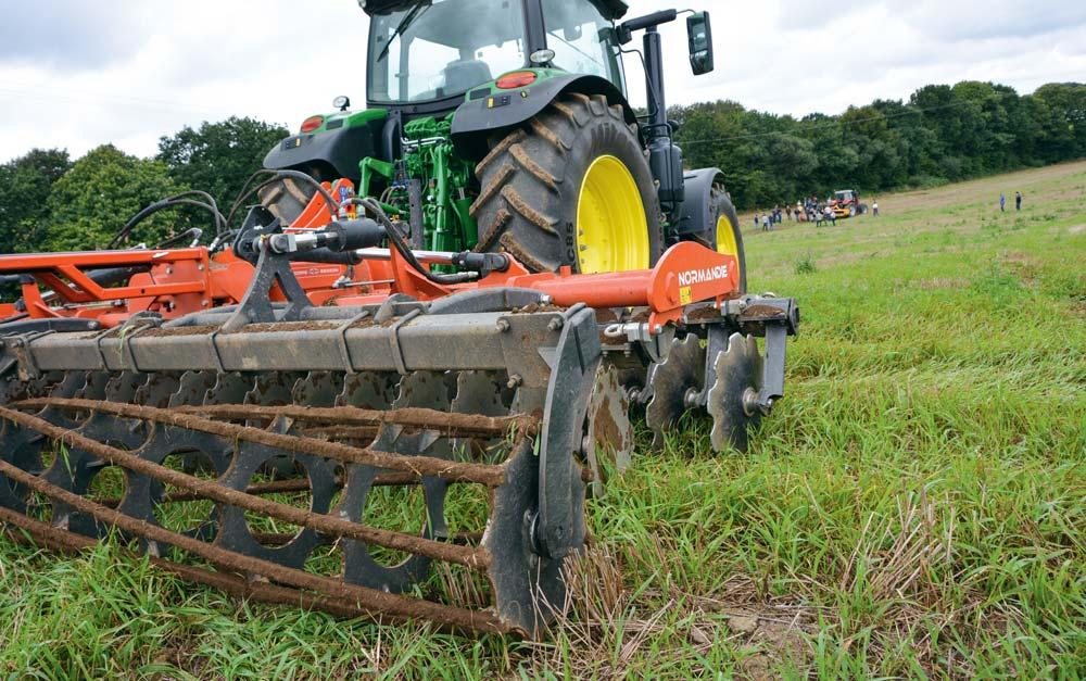 Les outils à disques sont moins tirant que les outils à dents. La taille des disques influe sur la pénétration de l'outil dans le sol.