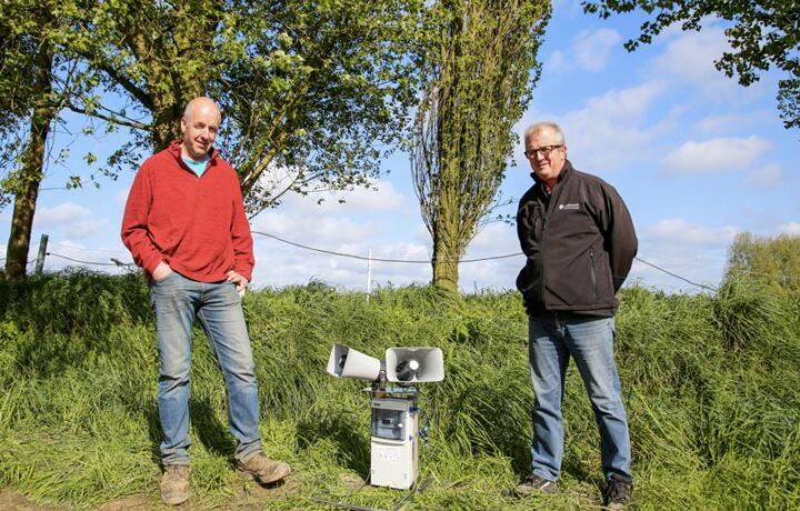 Olivier Deniel (à gauche) a demandé l'aide d'André Urien, conseiller Cultivert pour la mise en place de son effaroucheur.