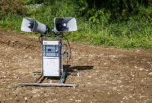 Des haut-parleurs permettent d'amplifier et de diriger le son dans la direction souhaitée.
