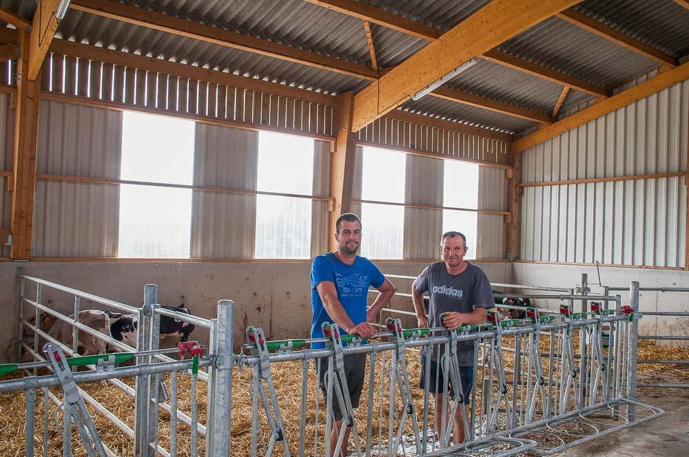 « Fini le travail à la main pour nettoyer les cases à veaux, la nouvelle nurserie est spacieuse, lumineuse et conçue pour être curée au tracteur », apprécient Alain et Vincent Boscher.