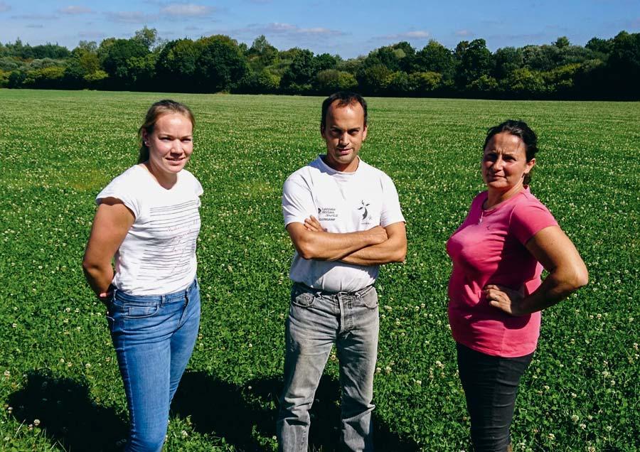 De g. à dr. : Claire, apprentie sur la ferme, Mathieu et Soizic Le Fustec, éleveurs à Plouaret (22).