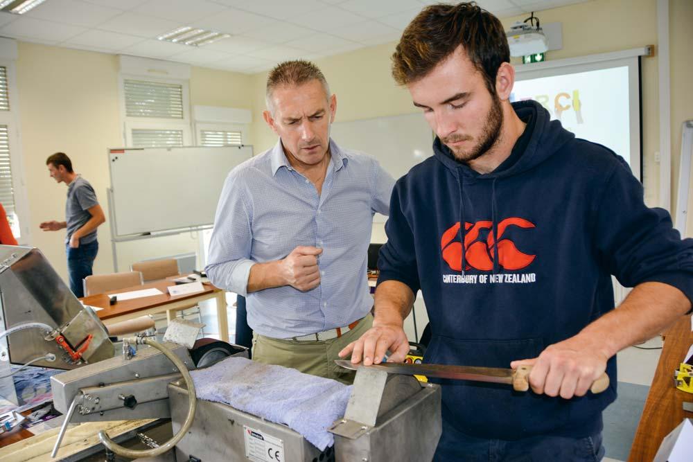 Thierry Gaudin, à gauche, montre l'intérêt du feutre à ce jeune producteur de légume.