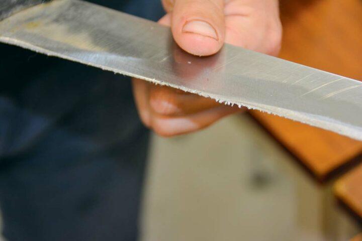 Le morfil cache le fil de la lame. Il doit être retiré pour une coupe parfaite.