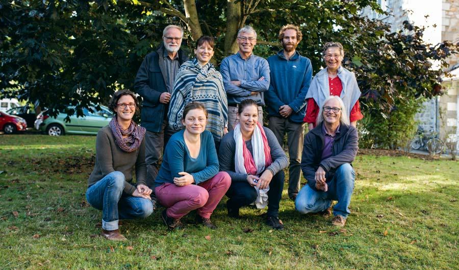Représentant diverses organisations agricoles et solidaires, l'équipe organisatrice d'AlimenTerre prend la pose dans le jardin du Résia à Saint-Brieuc.