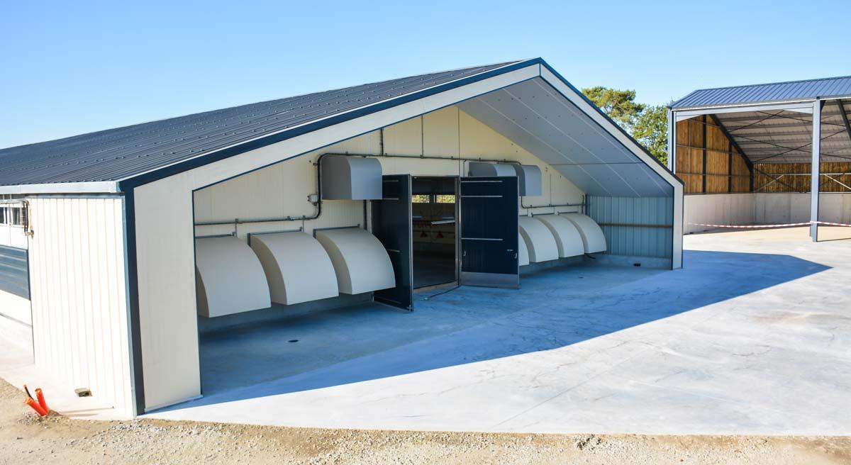 Les turbines en pignon sont équipées de capots extérieurs qui dirigent l'air sortant du poulailler vers un lit d'eau qui capte les poussières.